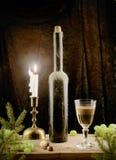 Vino y vela de la vendimia en la Navidad Fotografía de archivo