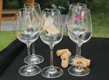 Vinodlingstilleben - tomma vinexponeringsglas som är förberedda för vinavsmakning och kork Royaltyfri Foto