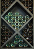 Vinos en el estante del vino Imágenes de archivo libres de regalías