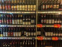 Vinos en el supermercado Foto de archivo libre de regalías