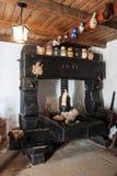 Vinpress från året 1777 för trängande vin Arkivfoton