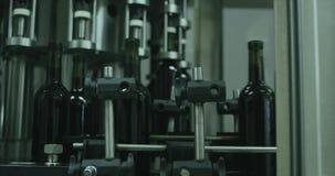 Vinproduktion, automatiserat vin som buteljerar transportören arkivfilmer