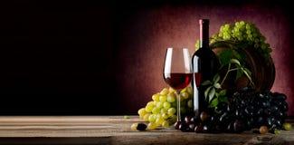 Vinranka av druvan med vin Royaltyfri Bild