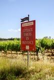 Vinrankan av Varois i Provence med affischtavlan för turist- information Royaltyfri Bild