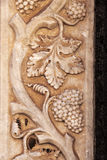 vinrankaväxt med klungor av druvor, basrelief Royaltyfri Foto