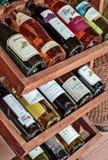 Vins français collectables dans l'étagère de vin dans un restaurant Photos stock