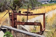 Vinsch av par av rostiga antika portar för bevattningdike mot himmel med högväxt gräs i den Heber staden, Utah längs den tillbaka royaltyfria foton