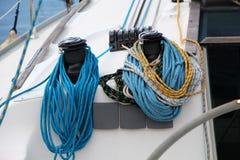 Vinscherna och repen av en segelbåt, detalj Arkivfoto