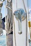 Vinschhandtag och rep på yachten royaltyfria bilder