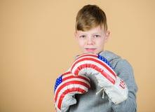 vinst inget smärtar Kondition bantar energihälsa Sportframgång sportswear genomkörare av den lilla pojkeboxaren USA självständigh royaltyfri foto