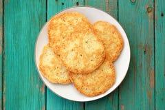 Νόστιμα σπιτικά μπισκότα αμυγδάλων στο άσπρο πιάτο στο τυρκουάζ vintag Στοκ Εικόνες
