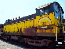Vintag e黄色火车引擎 免版税库存图片