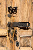 Vintag-Tür mit Verschlüssen Stockbilder