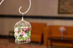 Vintage épousant la cage à oiseaux décorative avec des fleurs Image stock