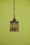 Vintage accrochant la lumière pendante sur le vert jaune foncé Photo stock