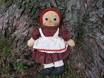 Vintage Ana Raggedy que se sienta por el árbol Fotos de archivo