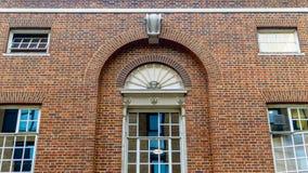 Vintage arrondi Windows sur le mur de briques rouge Images libres de droits