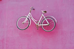 Vintage bicycle on the wall Royalty Free Stock Photography