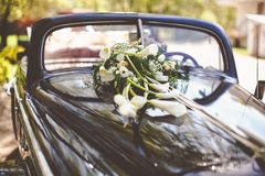 Vintage black car decorated with callas for a wedding trip. A Royalty Free Stock Photos
