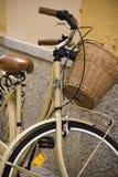 Vintage Bycicle que se inclina en la pared Imagen de archivo libre de regalías