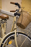 Vintage Bycicle se penchant sur le mur Image libre de droits