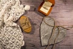 Vintage, caja de madera con un anillo en un compromiso Estilo retro Imagen de archivo libre de regalías