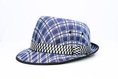 Vintage, chapéu mole de feltro/chapéu do fedora com teste padrão azul da manta em um fundo branco fotografia de stock royalty free