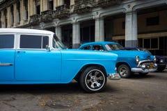 Vintage Chrysler ao lado das construções velhas em Havana Foto de Stock