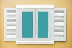 Vintage clásico de la ventana blanca en la pared anaranjada clara del color Fotografía de archivo