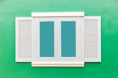 Vintage clásico de la ventana blanca en la pared del verde del color Imagenes de archivo