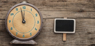 Vintage clock and empty chalkboard Royalty Free Stock Photography