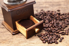 Vintage coffee bean grinder and fresh ground coffee Royalty Free Stock Photos