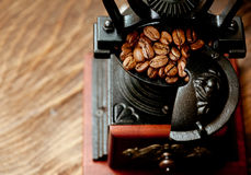 Vintage coffee grinder and coffee beans Royalty Free Stock Photos