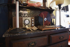 Vintage Collectibles na loja de segunda mão fotografia de stock