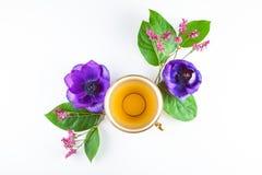 Vintage, copo antigo do chá decorado com as flores no fundo branco Imagens de Stock Royalty Free