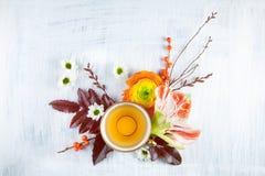 Vintage, copo antigo do chá decorado com as flores no fundo branco Imagem de Stock
