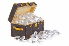 Vintage da arca da caixa enchido com os diamantes Fotos de Stock Royalty Free