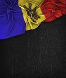 Vintage da bandeira de Moldova em um quadro do preto do Grunge com espaço para ilustração stock
