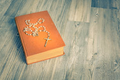 Vintage de chapelet et de livre photos libres de droits