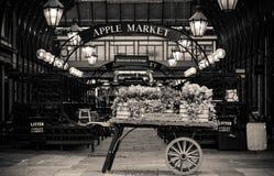 Vintage de Covent Garden Londres que olha o mercado com carro do vintage imagens de stock royalty free