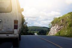 Vintage de la furgoneta vieja en el viaje por carretera imagen de archivo