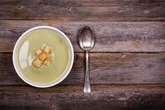 Vintage de la sopa del puerro y de patata fotografía de archivo