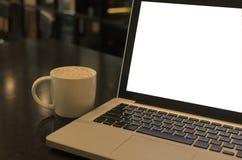 Vintage de la taza y del ordenador portátil de café fotografía de archivo libre de regalías