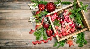 Vintage de las decoraciones, de los juguetes y de los ornamentos de la Navidad Fotos de archivo libres de regalías