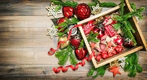 Vintage de las ramas de árbol de pino de los ornamentos de las decoraciones de la Navidad Imágenes de archivo libres de regalías