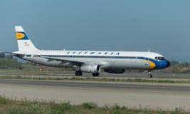Vintage de Lufthansa en la pista imágenes de archivo libres de regalías