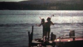 (vintage de 8m m) el bucear que va de 1966 muchachos abajo en el lago metrajes