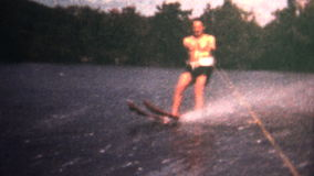 (vintage de 8m m) esquí náutico de 1966 hombres detrás de un barco almacen de video