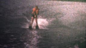 (vintage de 8m m) esquí náutico 1966 del niño en el lago almacen de video