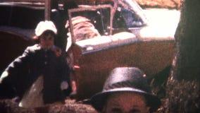 (vintage de 8m m) familia 1966 que vuelve a casa de iglesia metrajes